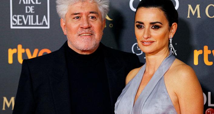 El director de cine Pedro Almodovar y la actriz Penélope Cruz antes de la 33 ceremonia de los Premios Goya en Sevilla (España) el 2 de febrero de 2019