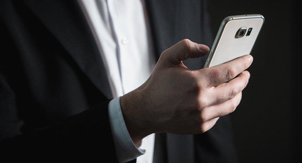 Hombre sostiene un teléfono