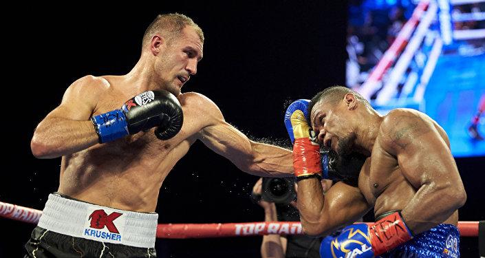 Serguéi Kovaliov (izquierda) golpea a Eleider Álvarez durante un combate por el título de semipesados de la OMB