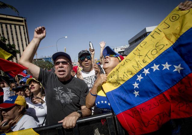 Los manifestantes con la bandera de oposición en Venezuela (archivo)