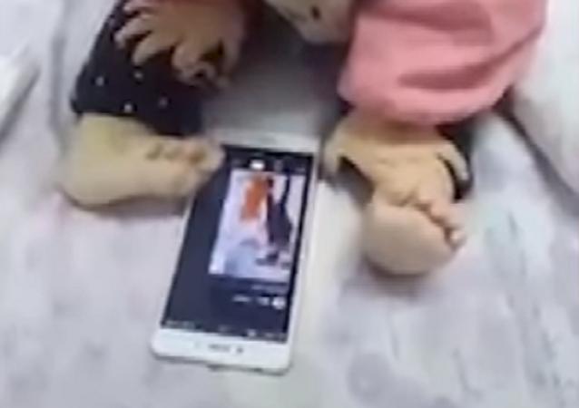 Un bebé se hace viral gracias a su peculiar forma de usar el celular