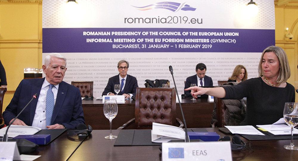 El ministro de Exteriores de Rumanía, Teodor Melescanu, y la jefa de la diplomacia europea, Federica Mogherini