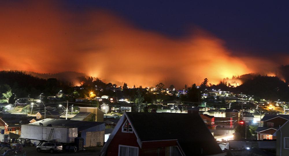 Un incendio forestal se acerca al pueblo chileno Dichato