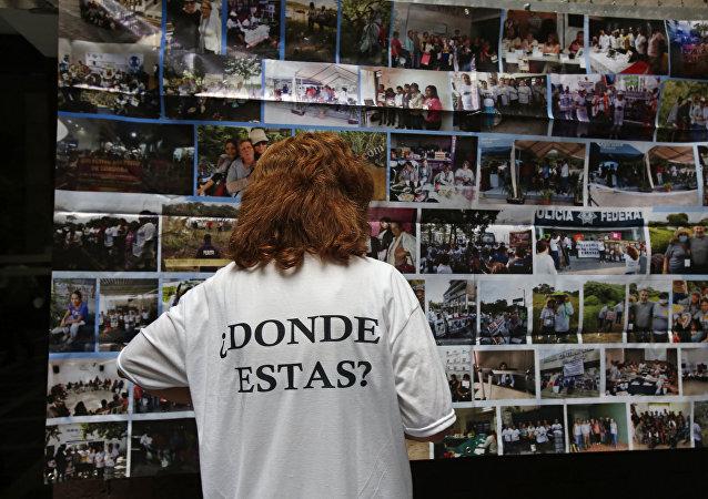 Una persona tiene una camiseta en memoria de los desaparecidos de Ayotzinapa, en México