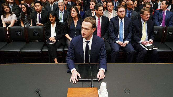 Mark Zuckerberg testifica ante el Congreso de EEUU tras el escándalo de filtración de datos personales de los usuarios de Facebook, en Washinhton, el 11 de abril de 2018