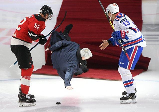 José Mourinho, entrenador de fútbol, se cae antes de un partido de la Liga Continental de Hockey