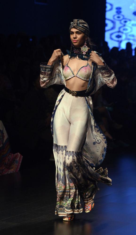 Oriente sensual: Bombay alberga un colorido desfile de modas