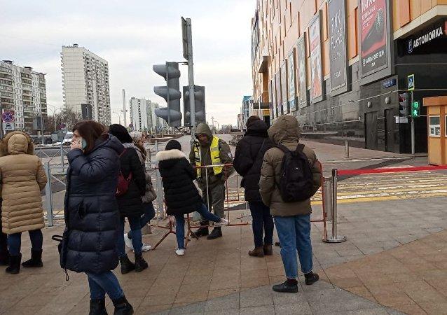Evacuación de uno de los centros comerciales de Moscú (archivo)