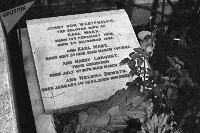 La primera tumba de Karl Marx en el cementerio de Highgate, Londres, en 1945, con la placa vandalizada en el panteón