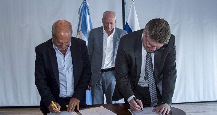 Vasili Pushkov y Hernán Lombardi firman un convenio en la reunión RTA y medios rusos