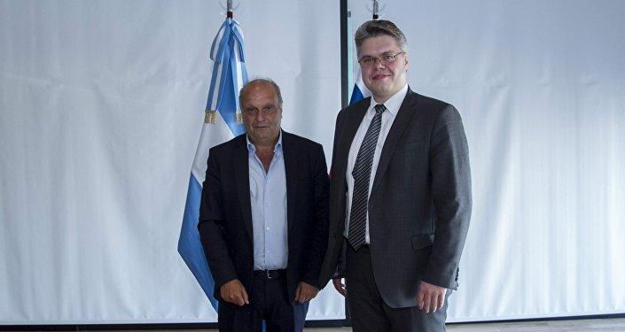 Vasili Pushkov y Hernán Lombardi tras la firma del convenio en la reunión RTA y medios rusos