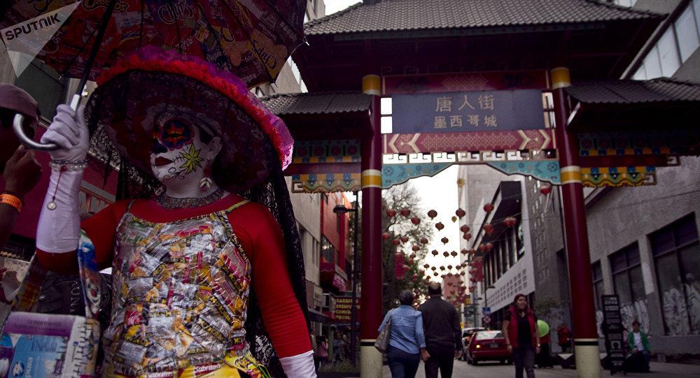 Catrina sale del barrio chino durante los festejos del Año Nuevo en la ciudad de México