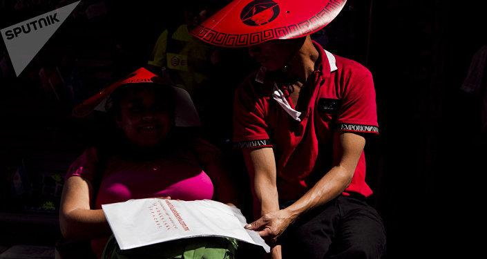 Pareja observa la carta de un restaurante durante los festejos del Año Nuevo chino en la ciudad de México