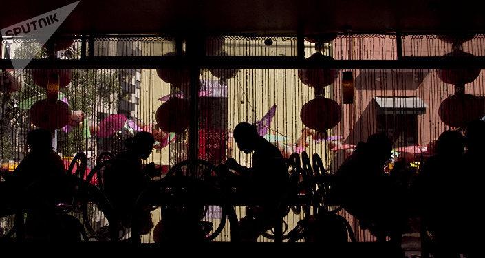 Comensales en un restaurante del barrio chino en la ciudad de México donde festejaron el Año Nuevo de ese país