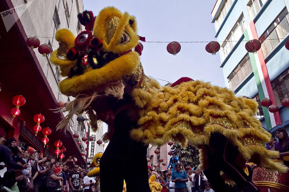 Mujeres interpretan la danza del león durante los festejos del año nuevo chino en la ciudad de México