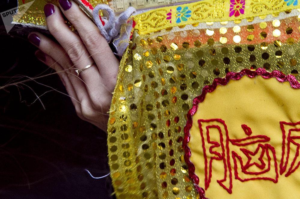 La mano de una mujer que interpreta la danza del león durante los festejos del año nuevo chino en la ciudad de México