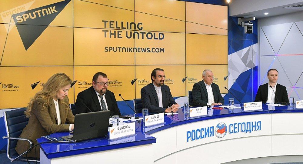 El embajador de Irán en Moscú, Mehdi Sanaí (centro), y el director general de Rossiya Segodnya, Dmitri Kiseliov (segundo der.), durante el lanzamiento del nuevo Sputnik Farsi News Service