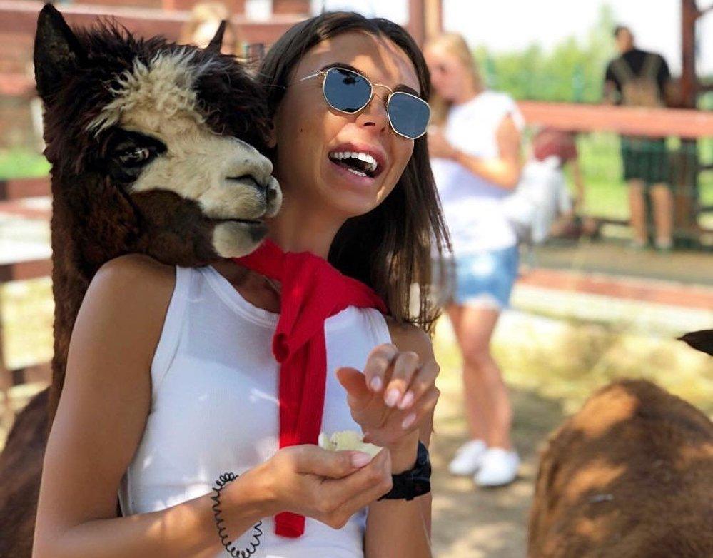 Una joven visita la granja 'Alpacas Rusas'