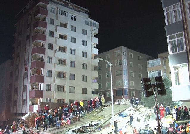 Consecuencias del trágico derrumbe de un edificio en Estambul