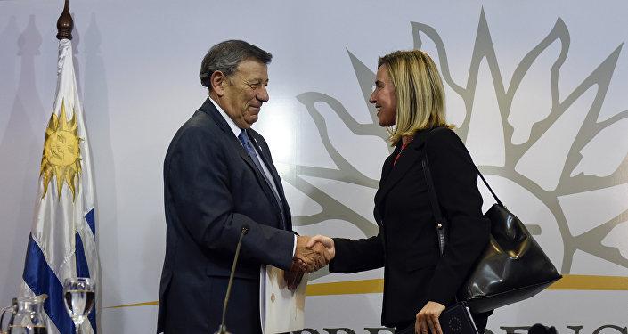 Rodolfo Nin, canciller de Uruguay y Federica Mogherini, jefa de asunto exteriores de la Unión Europea durante la reunión de Montevideo sobre Venezuela