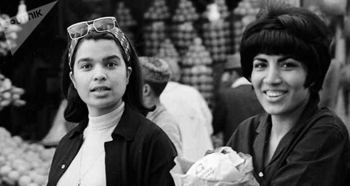 Jóvenes afganas hacen compras en el mercado de su ciudad, 1967.