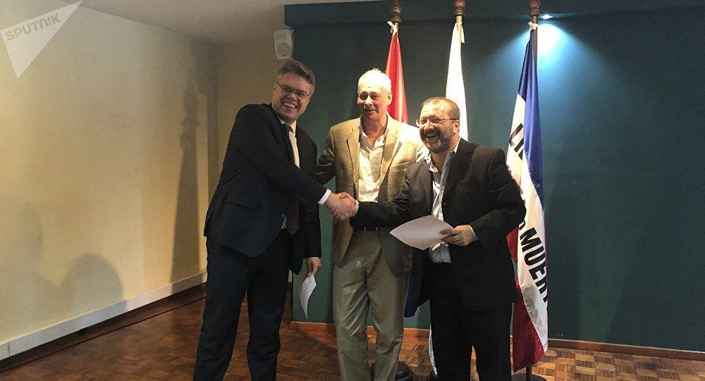 El jefe del Centro de Proyectos Internacionales, Vasili Pushkov, el viceministro ruso de Desarrollo Digital, Comunicaciones y Medios de Comunicación, Alexéi Volin, y el presidente del Servicio de Comunicación Audiovisual Nacional de Uruguay, Ernesto Kreimerman