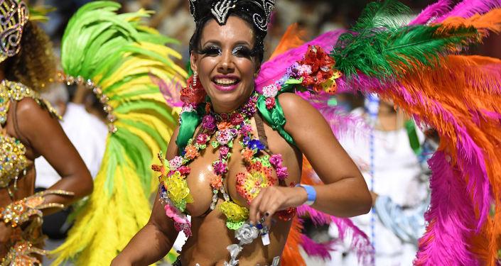 Участница праздничного парада на карнавале в Монтевидео, Уругвай