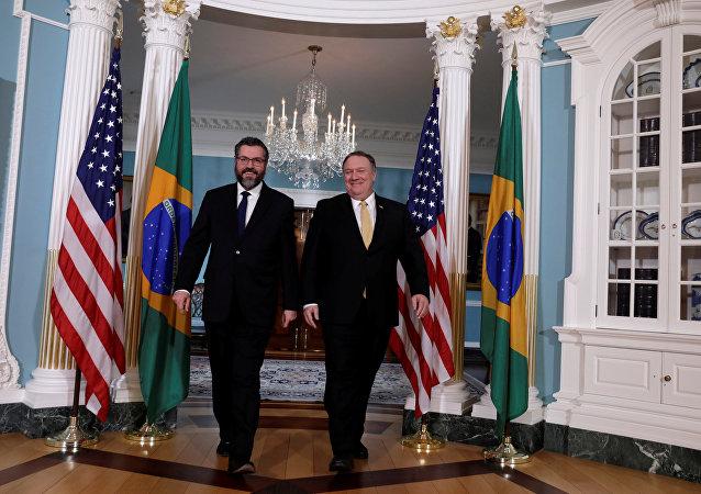 El secretario de Estado de EEUU, Mike Pompeom y su homólogo brasileño, Ernesto Araujo