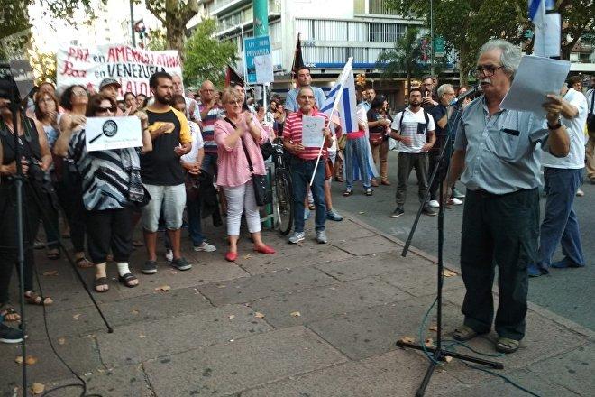 El escritor uruguayo Ignacio Martínez, leyendo la proclama de la manifestación Diálogo por la paz para Venezuela, convocada por el Pit-Cnt, el Encuentro Sindical Nuestra América y la Jornada Continental en Defensa de la Democracia y Contra el Neoliberalismo