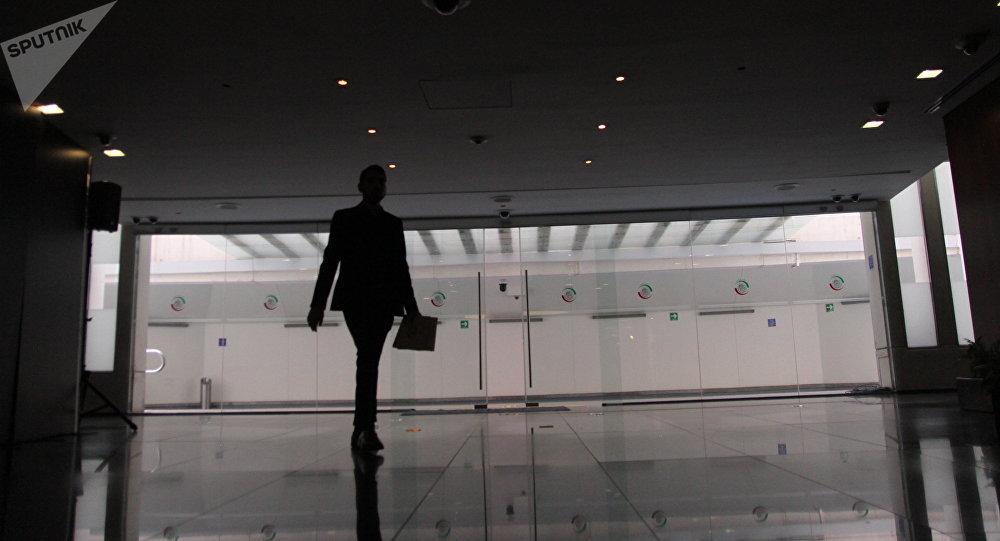 Mujer camina en el Senado de la República mexicana durante el Foro estratégico sobre energía e inversión