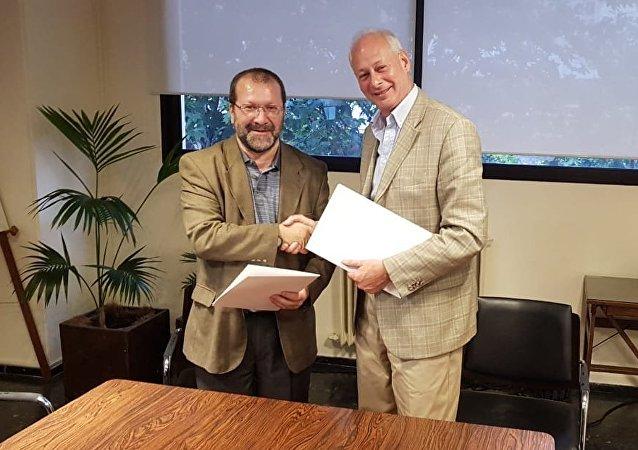El presidente del Servicio de Comunicación Audiovisual Nacional de Uruguay, Ernesto Kreimerman, y el viceministro ruso de Comunicaciones, Alexéi Volin