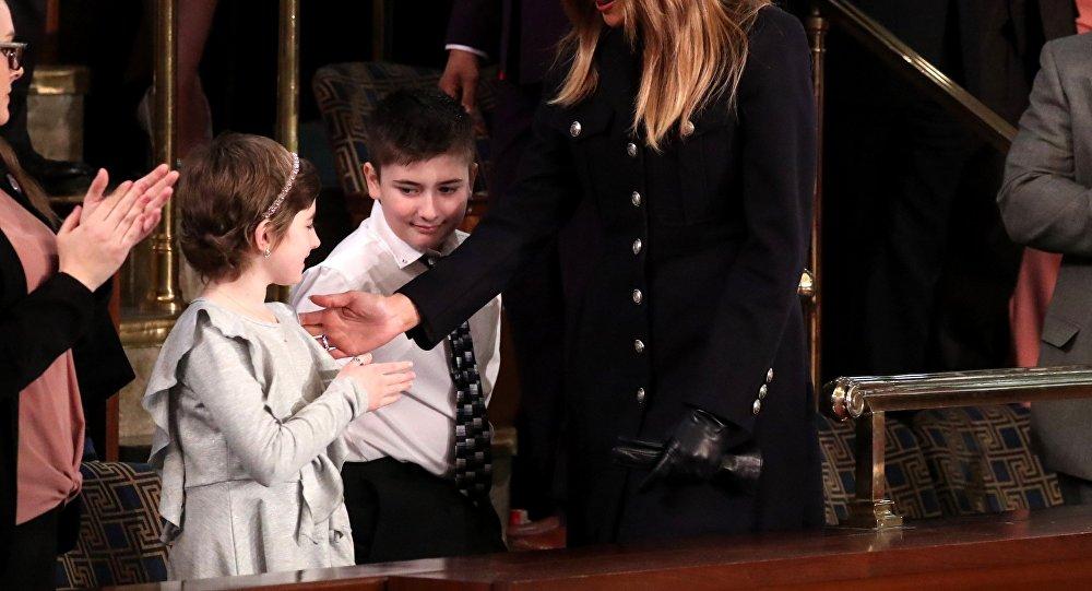 Melania Trump en un solo guante