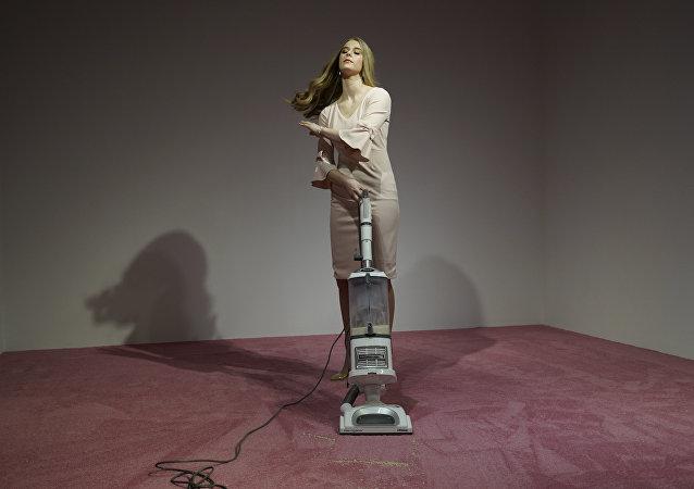 Una modelo que interpreta a Ivanka Trump aspira las migajas de pan