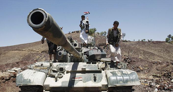 Los rebeldes hutíes encima de un tanque (archivo)