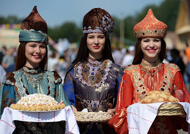 Jóvenes tártaras en trajes nacionales
