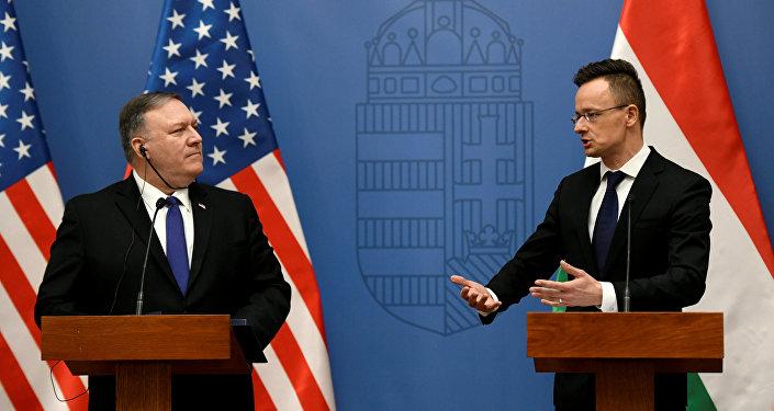 El secretario de Estado de EEUU, Mike Pompeo, con el ministro de Exteriores húngaro, Peter Szijjarto