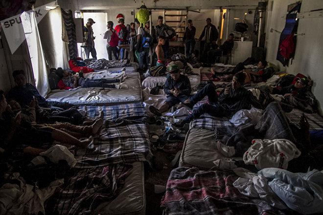 Hospedaje de hombres jóvenes de la caravana migrante en Tijuana, Baja California, México