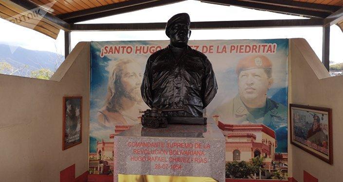 Monumento en memoria a Hugo Chávez, en la comunidad de La Piedrita