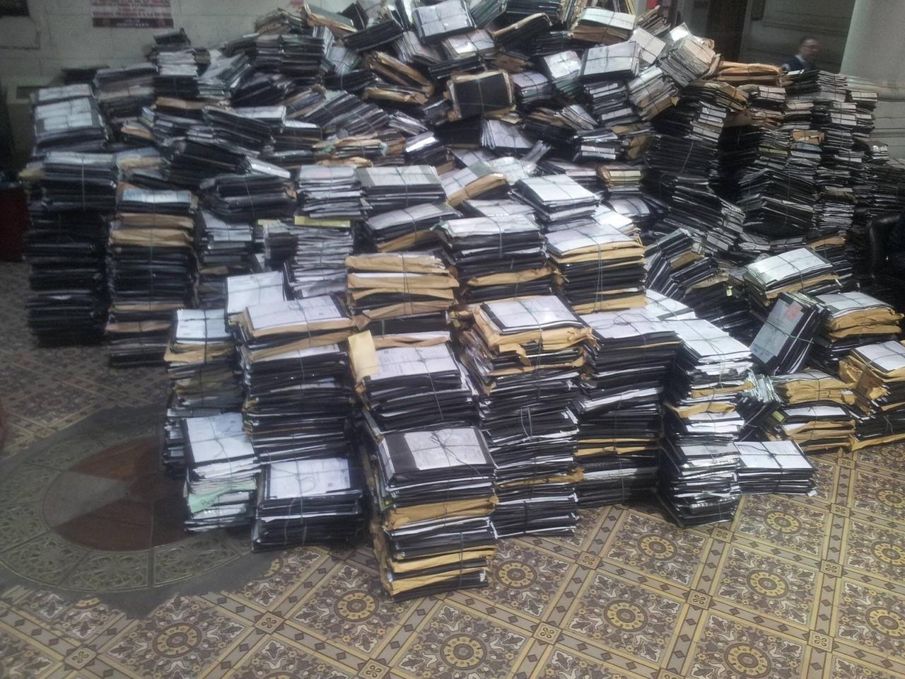 Documentos apilados en el suelo, todo un desastre en el edificio de la Cámara Federal de Casación Penal de Buenos Aires, Argentina