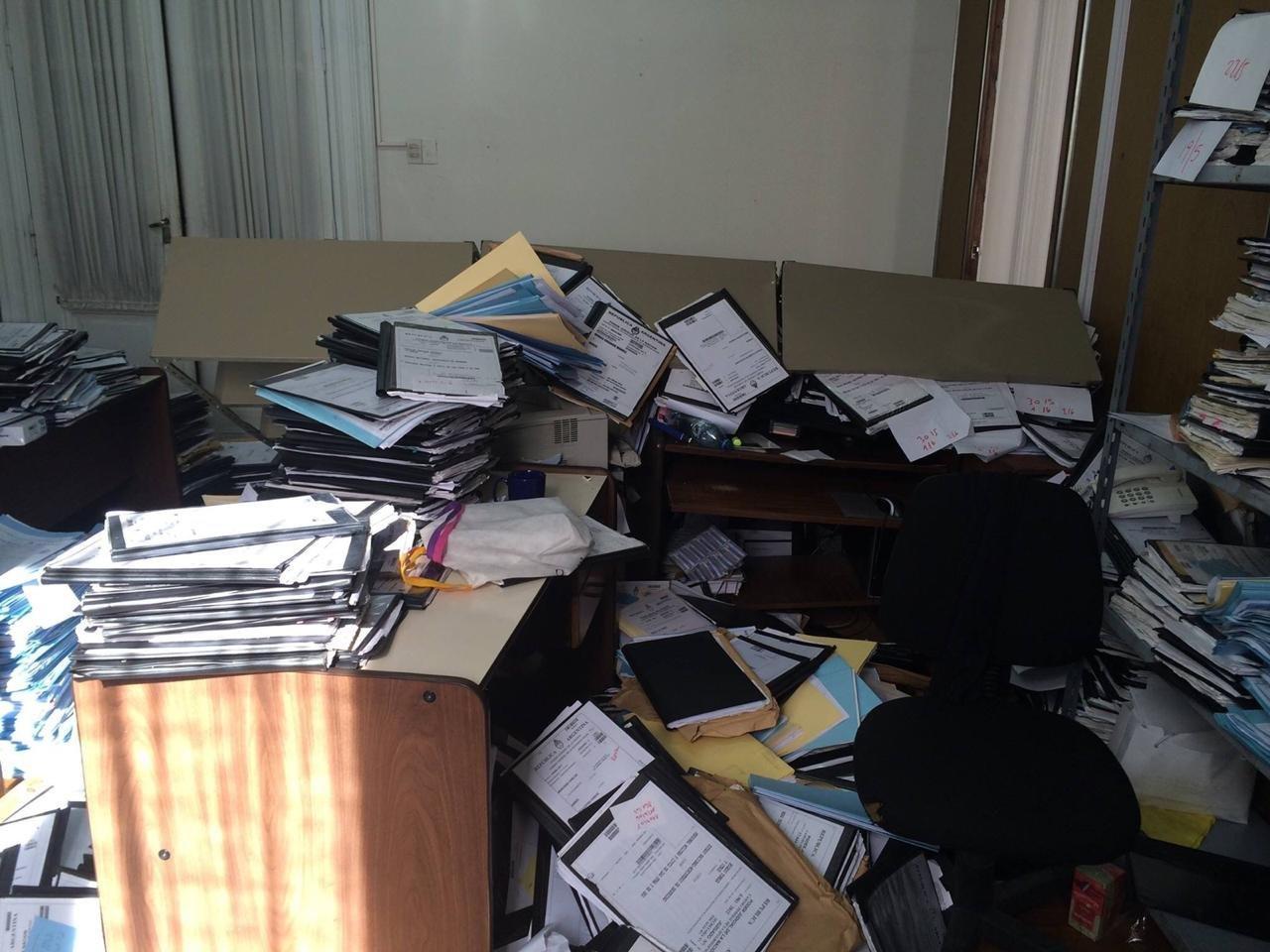 Cientos de documentos y expedientes apilados en una de las oficinas de la Cámara Federal de Casación Penal en Buenos Aires, Argentina