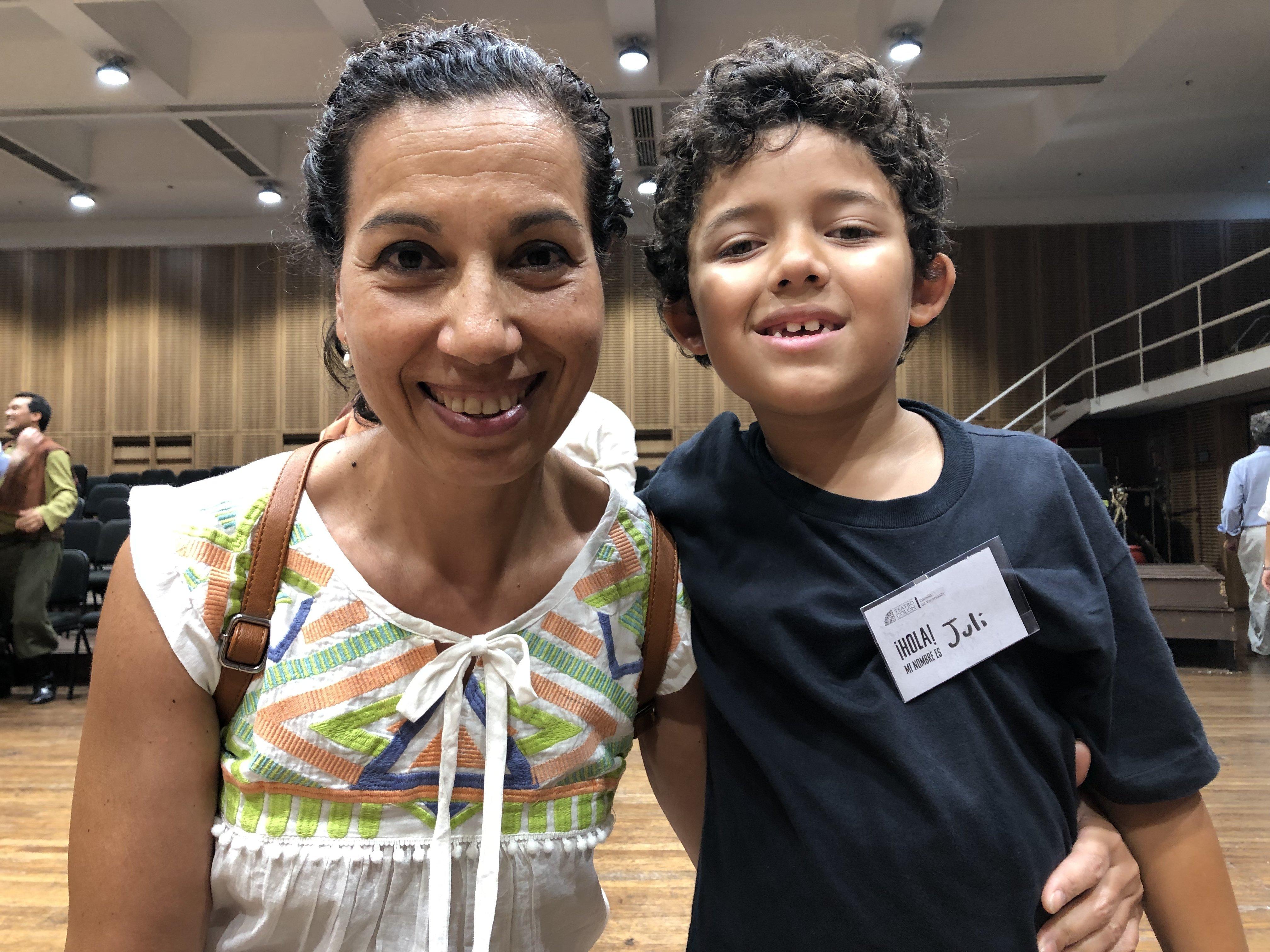 Julián y su madre Marcela en la presentación final de la colonia de vacaciones del Teatro Colón en Buenos Aires, Argentina