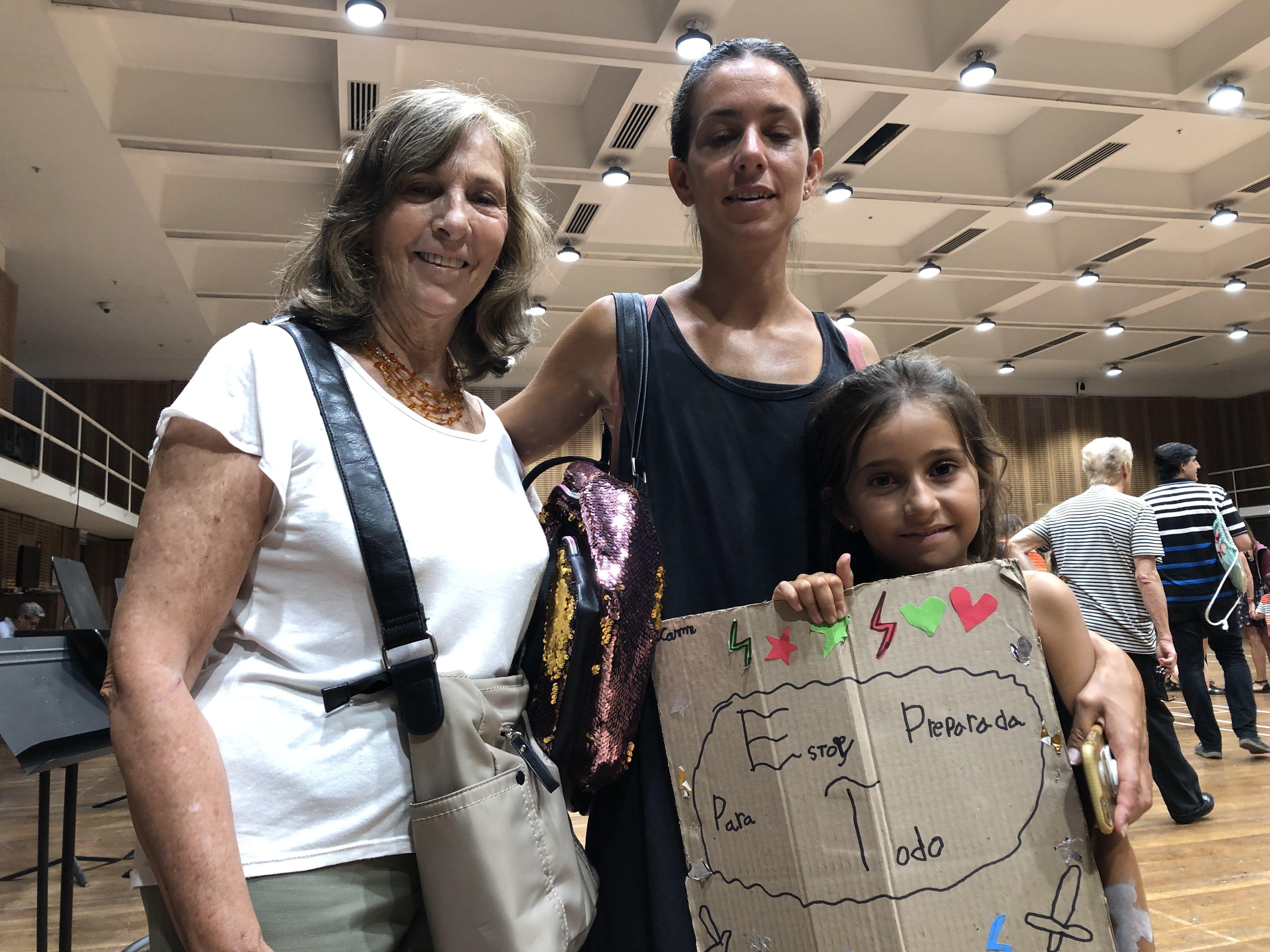 La pequeña Candela junto a su madre y abuela en la presentación final de la colonia de vacacoines del Teatro Colón de Buenos Aires, Argentina
