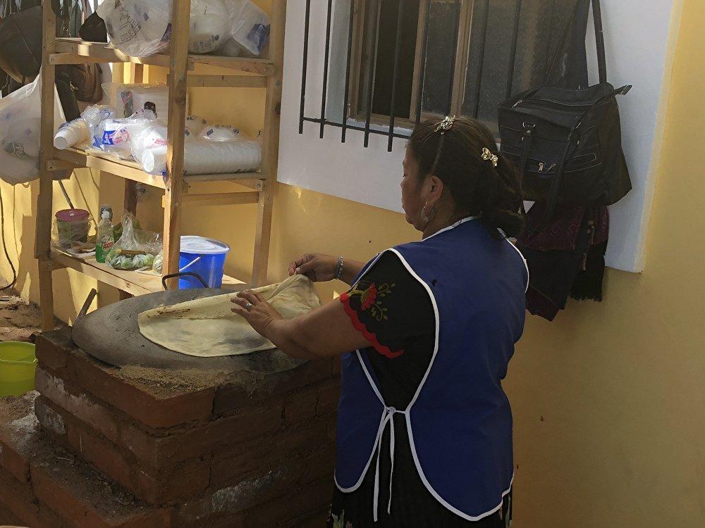 Una cocinera indígena prepara las tradicionales sobaqueras
