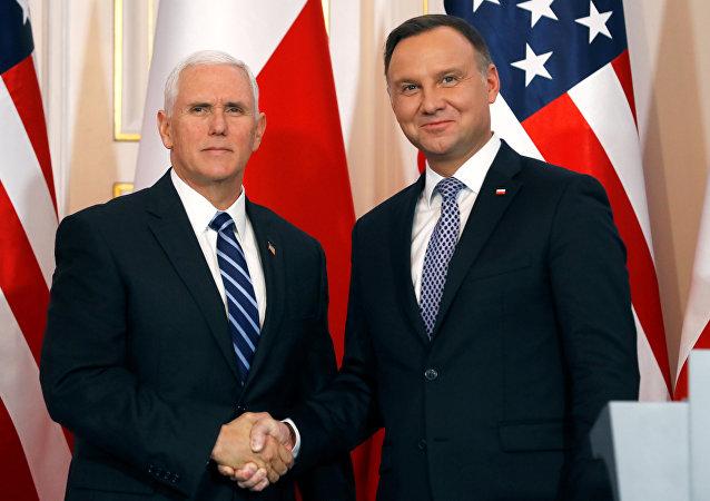 El vicepresidente de EEUU Mike Pence y el jefe de Estado polaco Andrzej Duda
