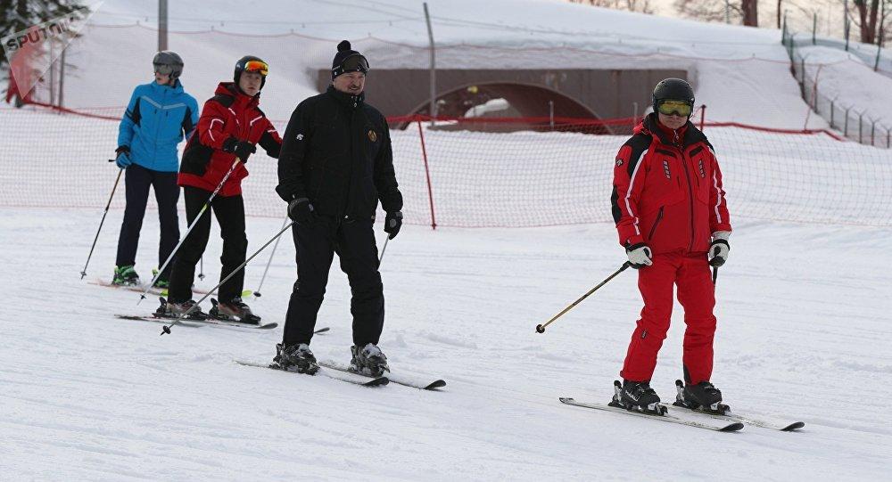 Vladímir Putin, presidente de Rusia, y Alexandr Lukashenko, presidente de Bielorrusia, esquiando en Sochi