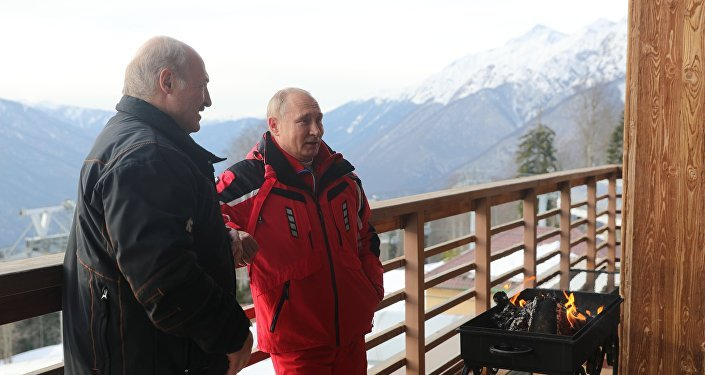 Vladímir Putin y Alexandr Lukashenko después de esquiar