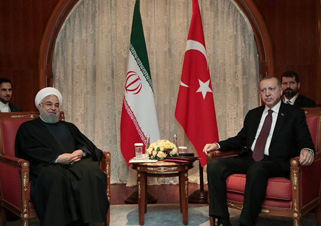 El presidente de Irán, Hasán Rohaní yel presidente turco, Recep Tayyip Erdogan