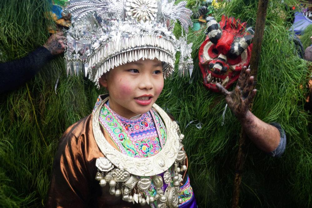 Una niña con el traje nacional de la etnia Miao en el festival Manghao en China.