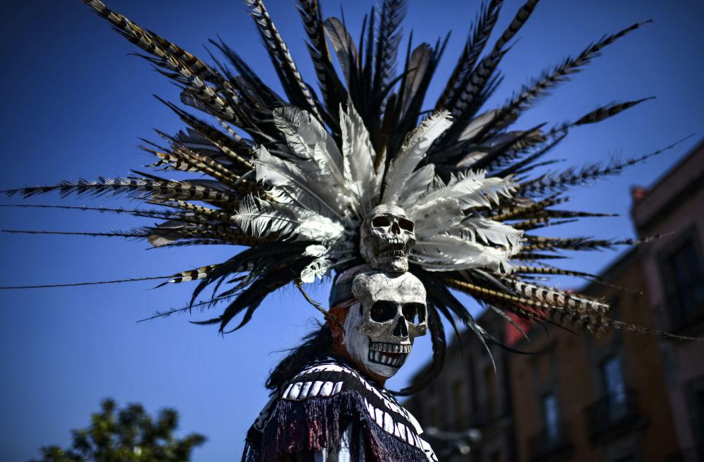 Un participante del ritual de purificación en el Zócalo de la Ciudad de México.