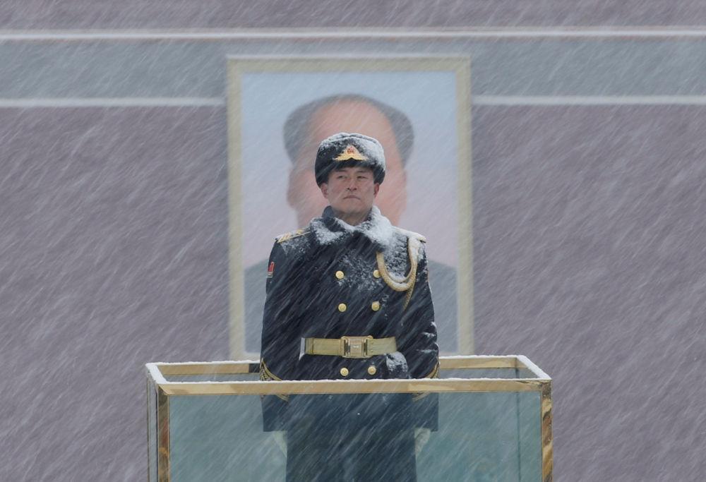 La Guardia de Honor al lado de un retrato de Mao Zedong en Pekín.